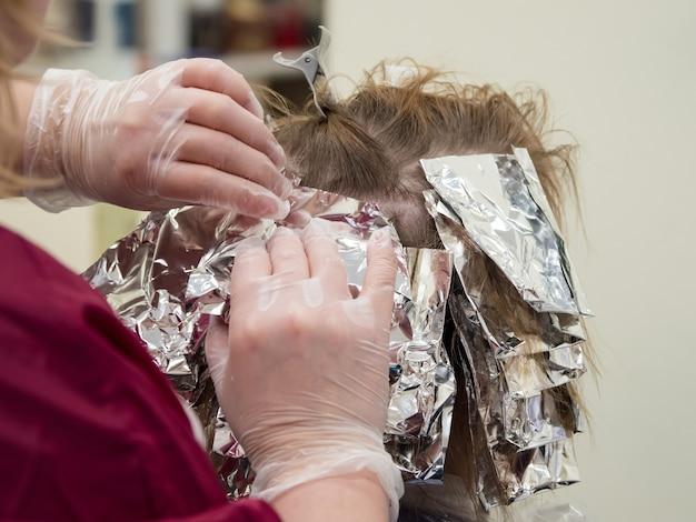 Feuille Sur Les Cheveux Lors De La Coloration Des Cheveux. Fermer Photo Premium