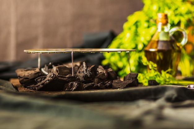 Feuille de métal grillé sur le charbon sur la table Photo gratuit
