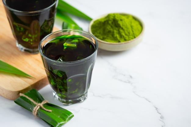 Feuille De Pandan Vert Frais Sur Table Photo gratuit