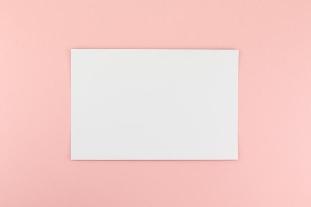 Feuille de papier a4 vierge sur fond rose Photo Premium