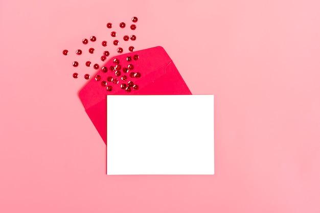 Feuille de papier blanc pour le message à l'être cher Photo Premium