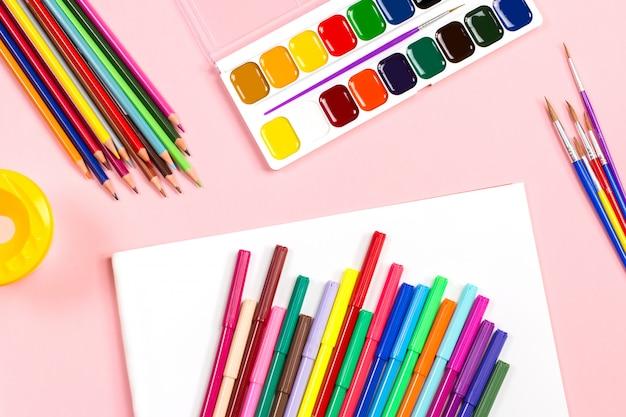 Feuille De Papier Blanc Vierge Avec Des Crayons De Couleur Et Des Peintures Photo Premium
