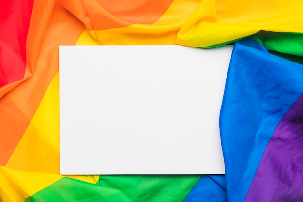 Feuille de papier sur drapeau multicolore Photo gratuit