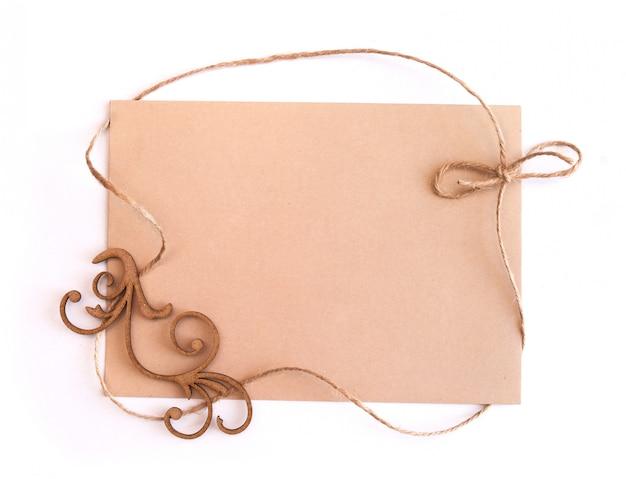 Feuille de papier kraft vierge et un cadre de fil de lin, vue de dessus Photo Premium