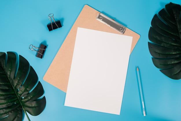 Feuille de papier de maquette à plat a4 avec le presse-papier Photo Premium