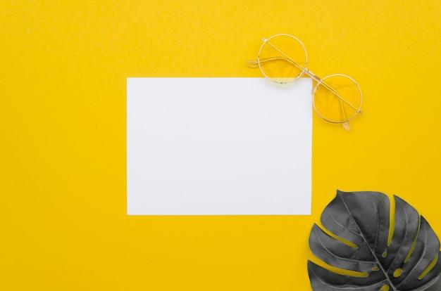 Feuille De Papier Vierge Avec Feuille à Côté Photo gratuit