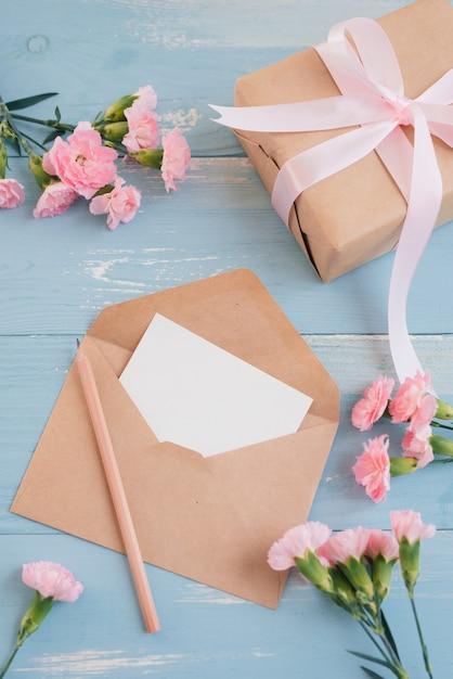 Feuille De Papier Vierge Pour Le Texte De Bienvenue Et La Boîte-cadeau. Vue De Dessus. Mise à Plat. Photo Premium