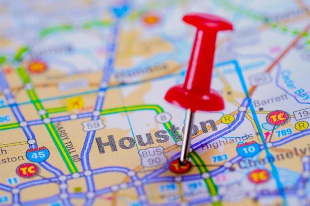 Feuille de route de houston avec une punaise rouge, ville située aux états-unis d'amérique, aux états-unis. Photo Premium