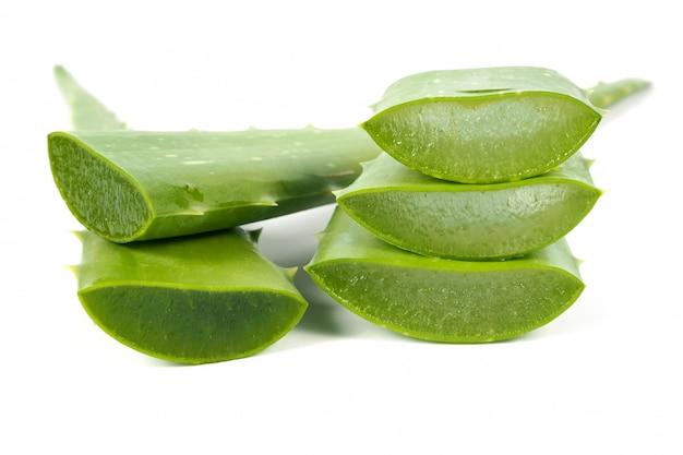 Feuille Verte D'aloe Vera Fraîche. Herbes Pour La Santé Photo Premium