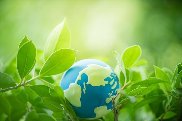 Feuille verte avec globe terrestre avec espace copie utilisant comme concept de jour de la terre heureuse. Photo Premium