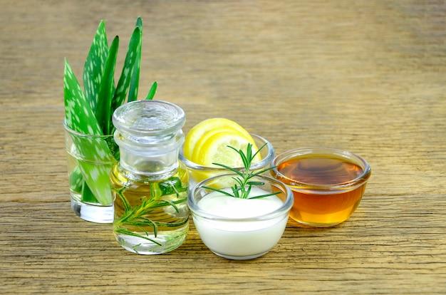 Feuilles d'aloe vera et huile essentielle pour le remède homéopathie. Photo Premium