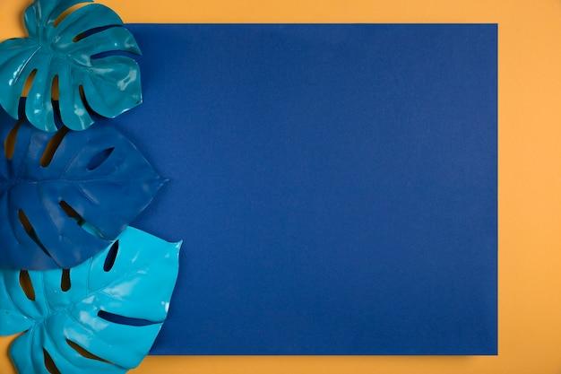 Feuilles bleues sur rectangle bleu foncé avec espace de copie Photo gratuit