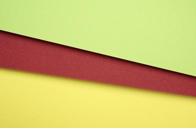 Feuilles De Carton De Papier Coloré Vert, Rouge Et Jaune Photo Premium