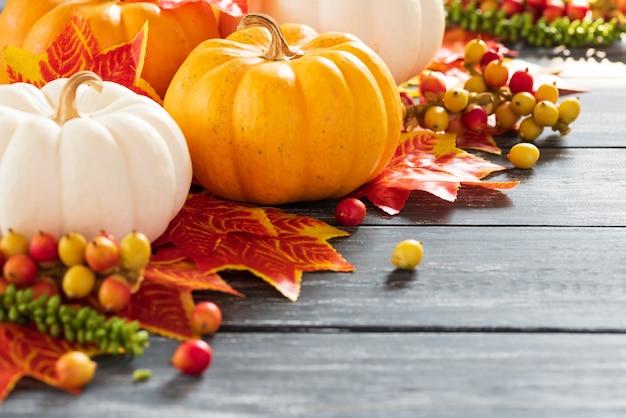 Feuilles d'érable automne et citrouille sur fond en bois ancien. concept de jour de thanksgiving. Photo Premium