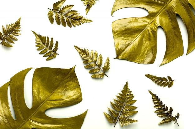 Feuilles d'or isolés sur fond blanc. Photo Premium