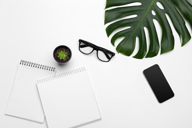 Feuilles de palmier et un cahier en papier avec espace libre pour le texte. Photo Premium