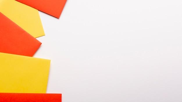 Feuilles de papier orange et jaune avec espace de copie Photo gratuit