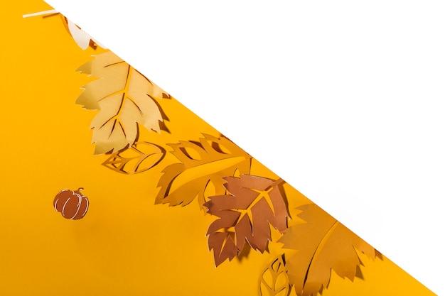 Feuilles de papier sur table jaune Photo gratuit