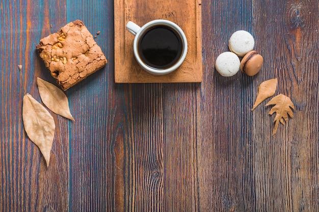 Feuilles et pâtisserie près de café Photo gratuit