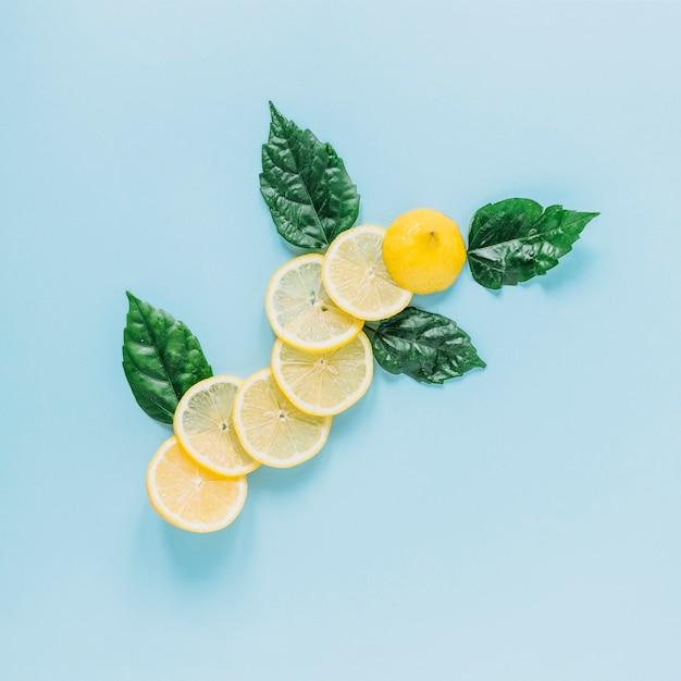 Feuilles près de citron en tranches Photo gratuit