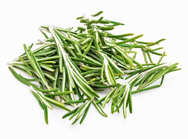 Feuilles De Romarin Vert Fraîchement Coupées (rosmarinus Officinalis). Ingrédient Isolé De La Cuisine Méditerranéenne Et Du Remède Maison Curatif. Photo Premium