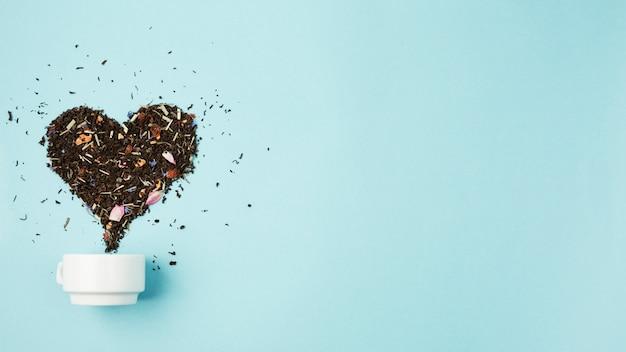 Feuilles de thé formant le coeur Photo gratuit