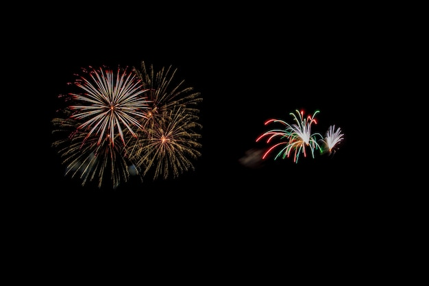 Des feux d'artifice abstraits éclairent le ciel sombre Photo Premium