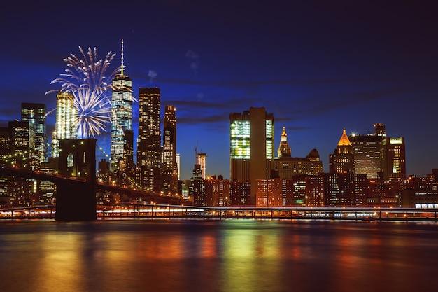 Feux d'artifice au-dessus de manhattan, à new york. Photo Premium