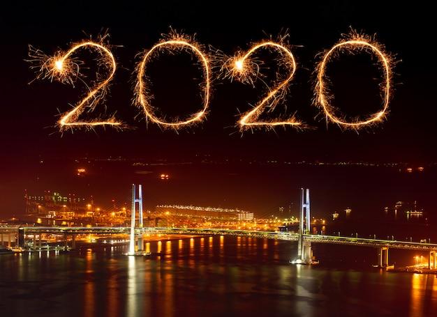 Feux d'artifice de bonne année 2020 sur le pont de la baie de yokohama, japon Photo Premium