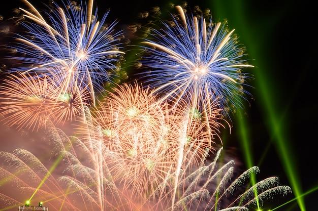 Des feux d'artifice colorés la nuit éclairent le ciel avec un affichage éblouissant. Photo Premium