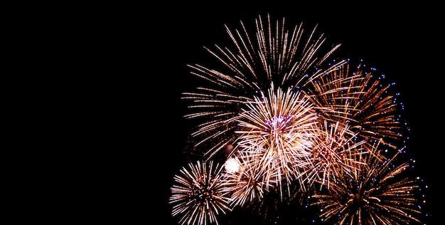Feux d'artifice de festival et d'anniversaire sur le ciel noir la nuit Photo Premium