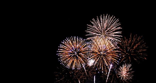 Feux d'artifice festival de nouvel an sur ciel Photo Premium