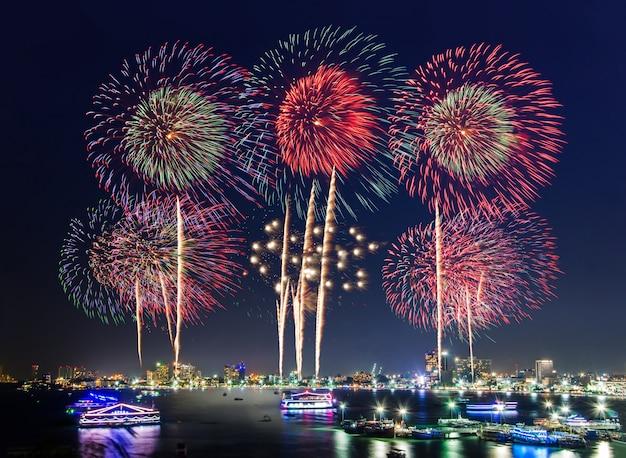 Feux d'artifice sur le paysage urbain au bord de la mer et de la plage pour célébrer le nouvel an et des vacances spéciales Photo Premium