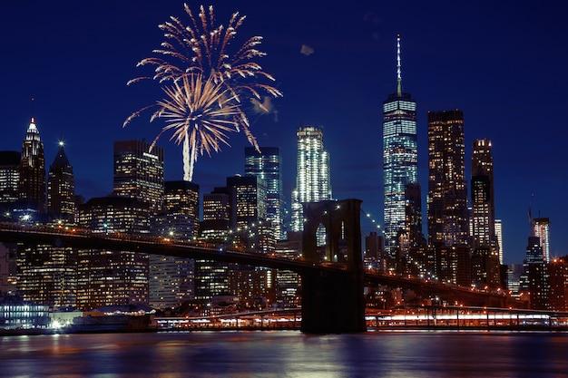Feux d'artifice sur les toits de new york et le pont de brooklyn Photo Premium