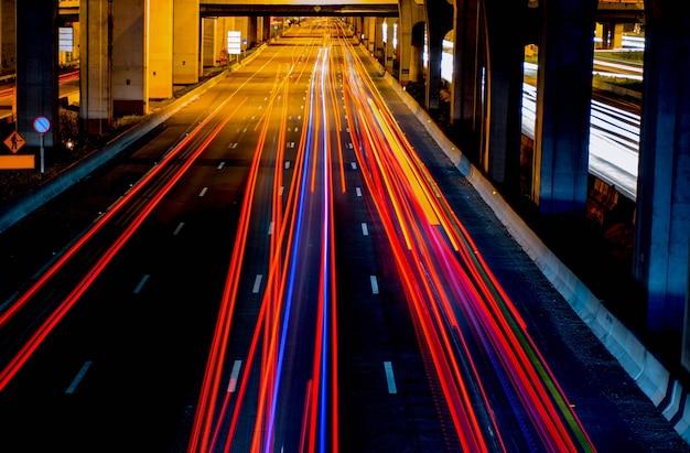 Feux de circulation sur la route Photo Premium