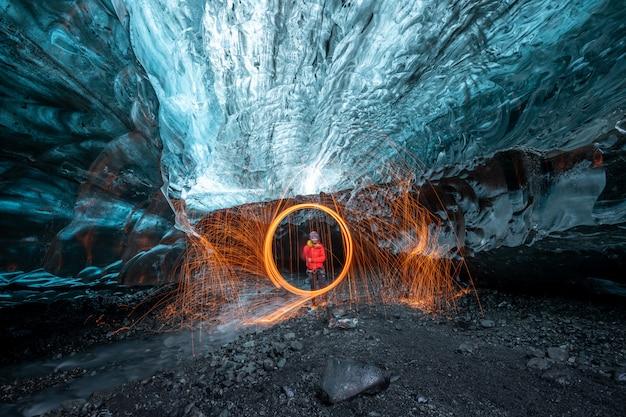Feuxhow De Laine D'acier à L'intérieur D'une Grotte De Glace De Glacier En Islande Photo Premium