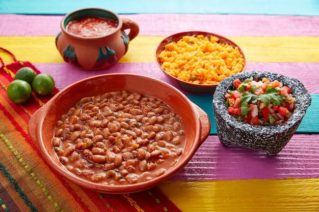 Fèves frijoles à la mexicaine avec riz et sauces Photo Premium
