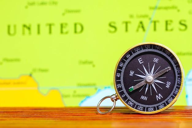 Fiabilité Et Confiance Pendant Le Voyage. Boussole Magnétique Sur Une Carte Topographique. Photo Premium