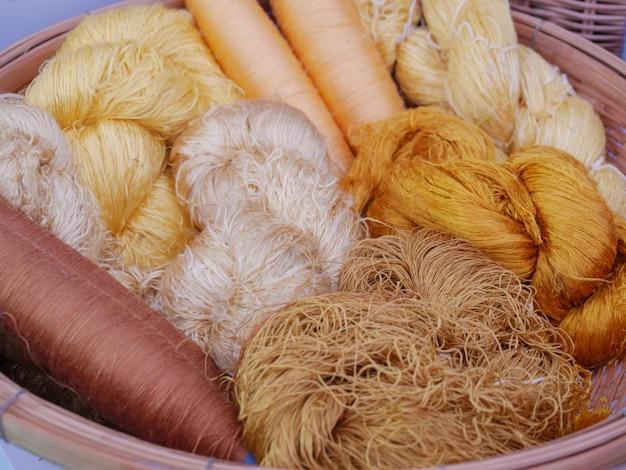 Fibre de soie colorée prête à être tissée dans un tissu de soie Photo Premium