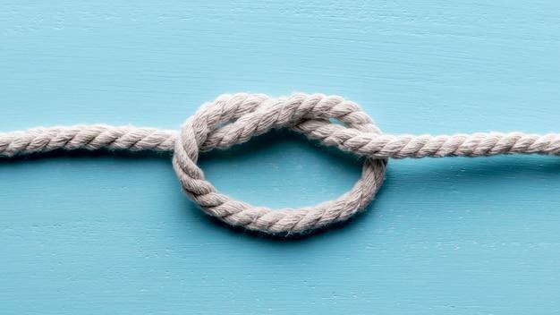 Ficelle Solide Corde Blanche Avec Nœud Plat Photo gratuit
