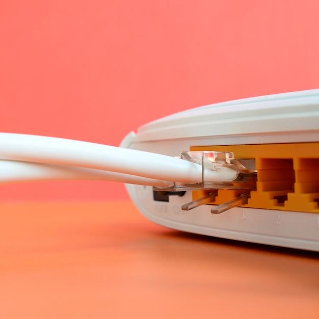Les fiches du câble internet sont connectées au routeur internet. éléments requis pour la connexion internet Photo Premium