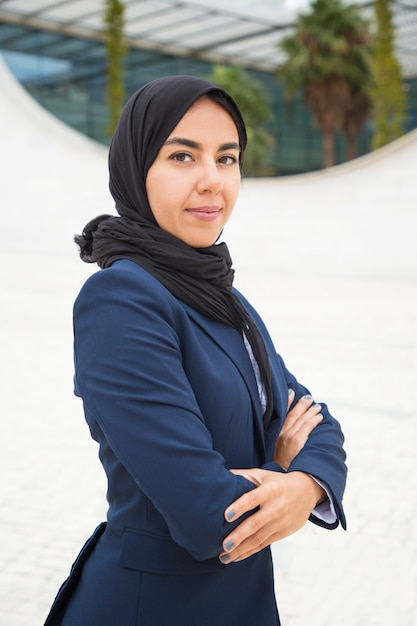 Fière Femme Musulmane Confiante Posant Dehors Photo gratuit