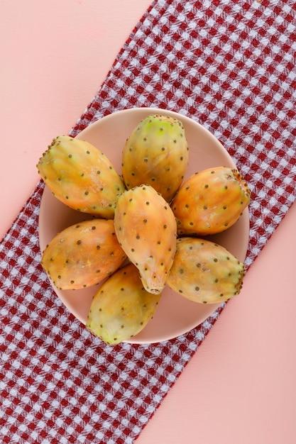 Figues De Barbarie Dans Une Assiette Sur Toile De Pique-nique Photo gratuit