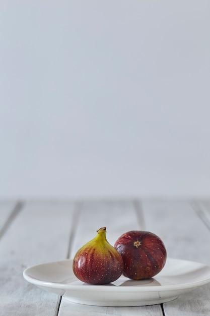 Figues Sur Une Plaque Sur Une Table En Bois Blanc Photo Premium