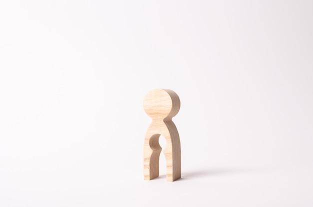 Une figure en bois d'une femme avec un vide à l'intérieur sous la forme d'un enfant. Photo Premium