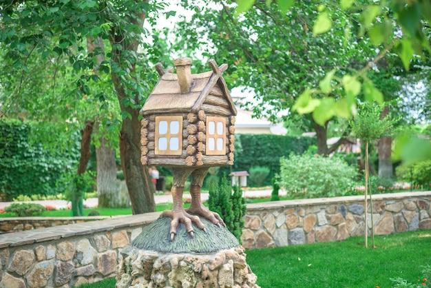 La figure de la cabane sur les cuisses de poulet du dessin animé dans le parc. fermer Photo Premium