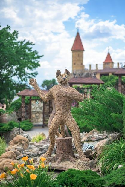 Figure d'un chat d'après un dessin animé dans le parc Photo Premium