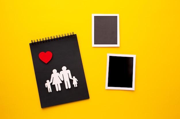 Figure De Famille Vue De Dessus Avec Photos Instantanées Photo gratuit