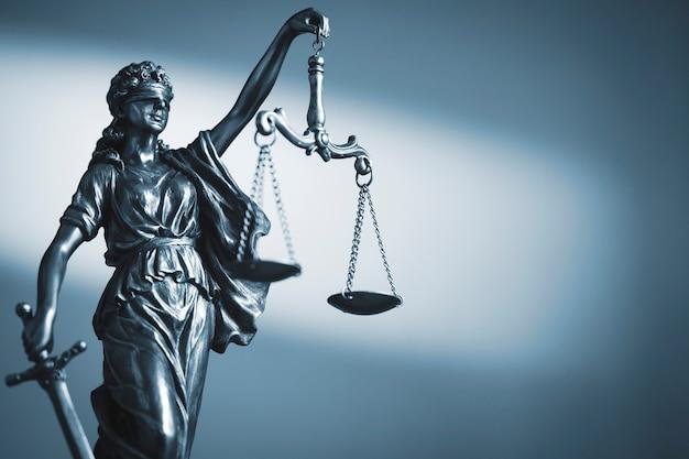 Figure de la justice tenant des écailles et une épée Photo Premium