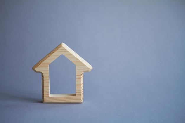 Figure de maison en bois sur fond gris, respectueux de l'environnement Photo Premium